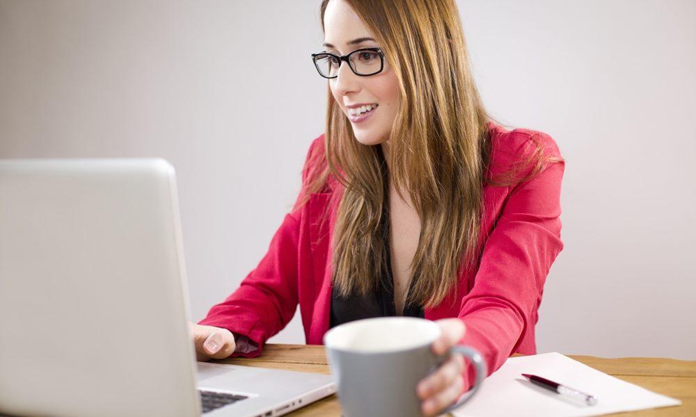 Mujer consultando su ordenador portátil