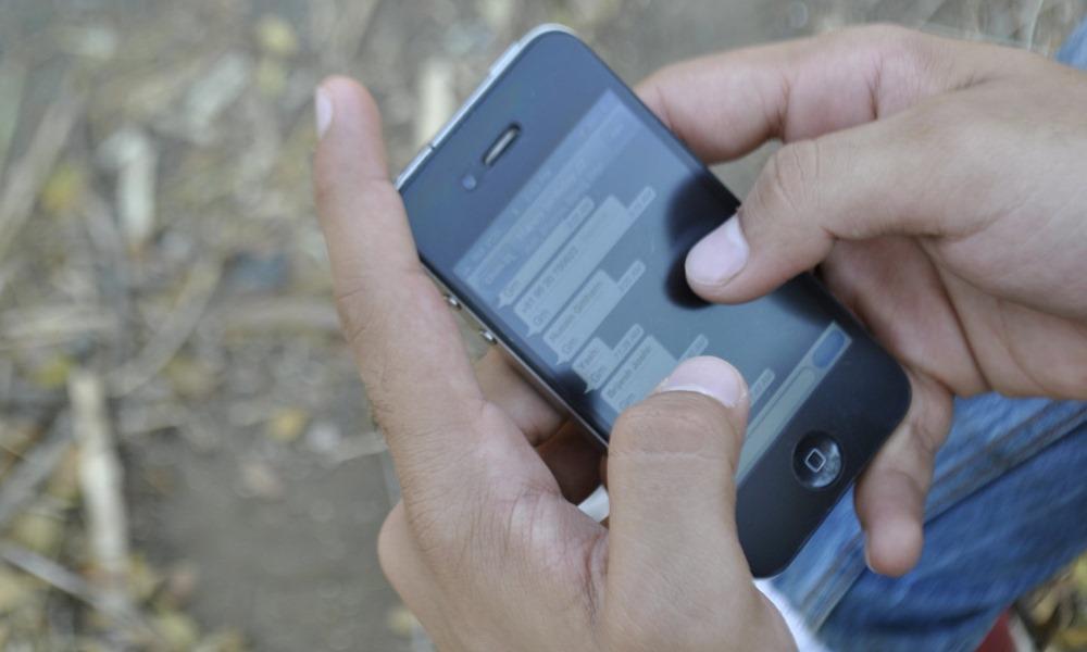 Hombre mandando mensajes desde teléfono móvil