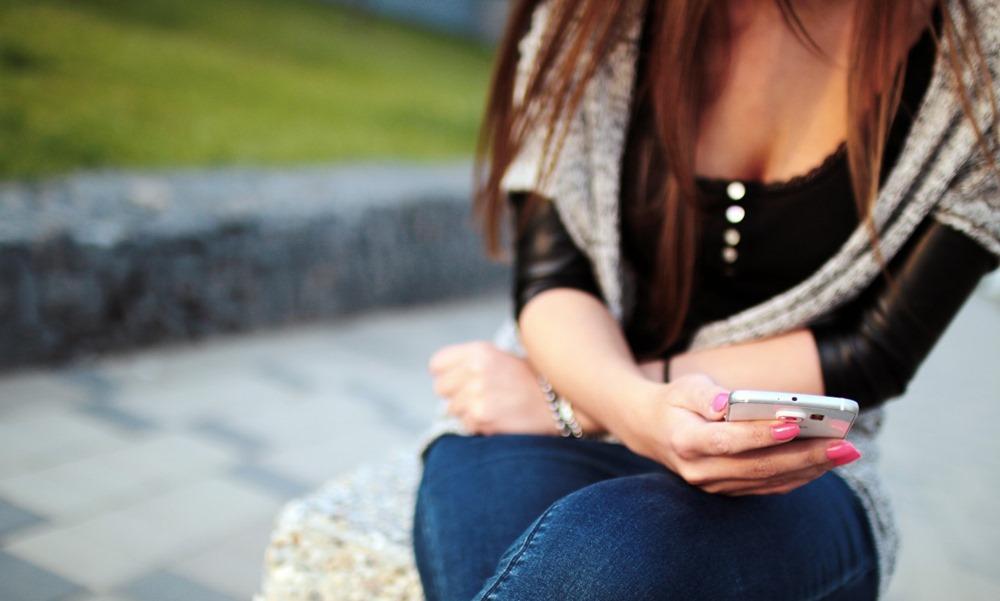 Mujer utilizando un teléfono móvil