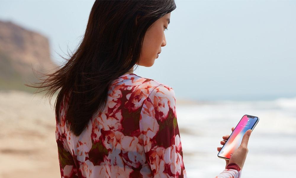 Mujer frente al mar