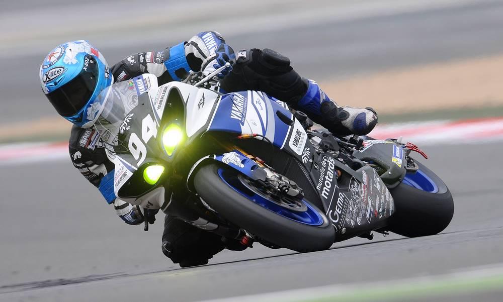 Moto cogiendo curva en competición de motociclismo