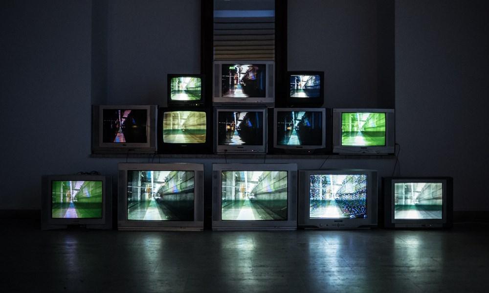 Varios televisores apilados