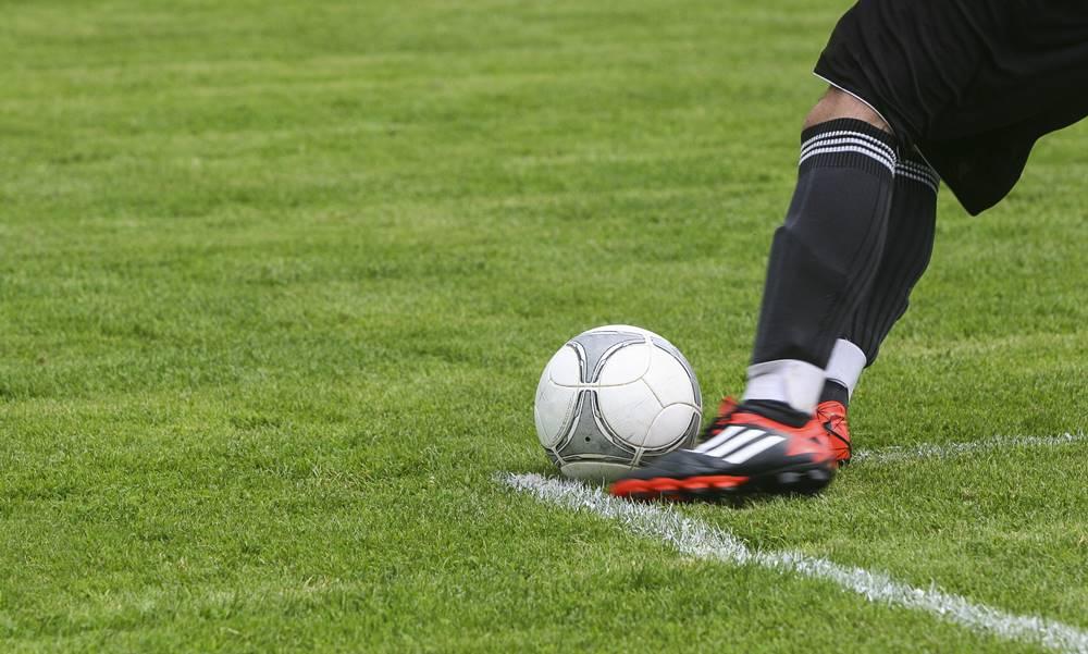 Jugador de fútbol haciendo regates