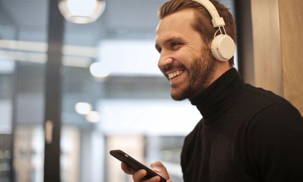 Hombre escuchando música con el móvil