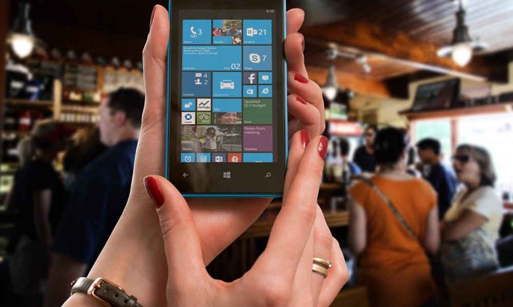 Usando el móvil en un bar de copas