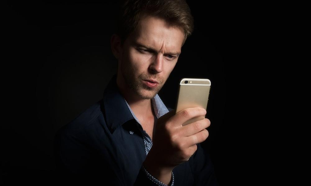 Hombre hablando con Tuenti por el móvil