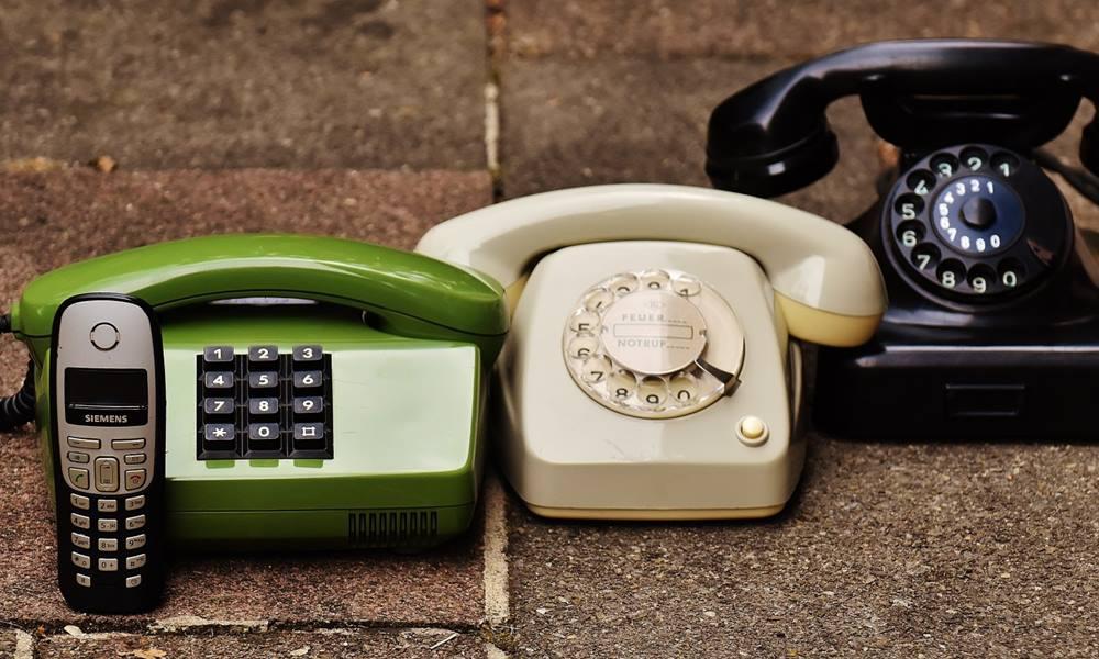 Diferentes teléfonos fijos y teléfono móvil