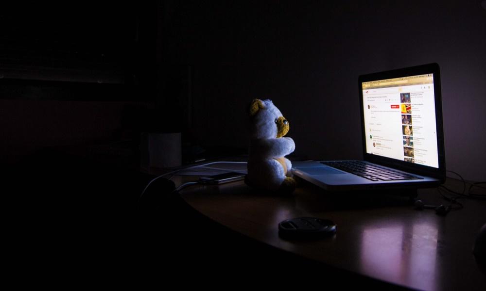 Oso de peluche haciendo búsqueda en Internet