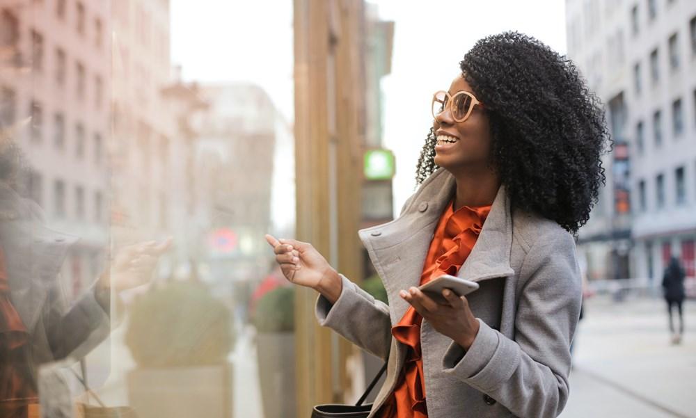 Mujer hablando por teléfono con conexión Blaveo