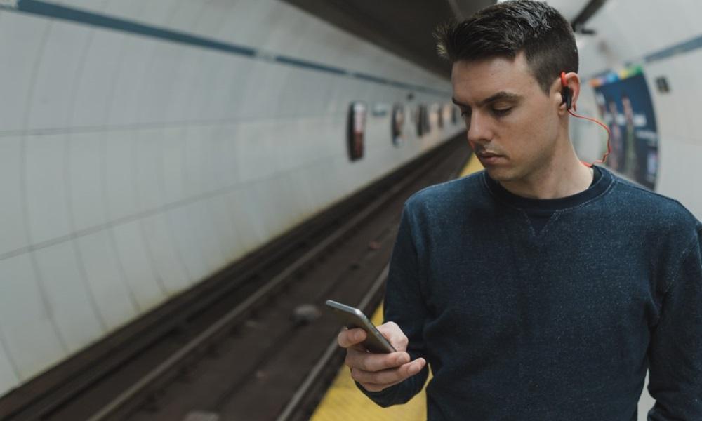 Hombre en el metro hablando por el móvil