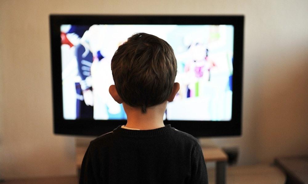 Niño disfrutando de los canales infantiles de Euskaltel