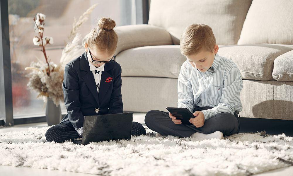 Niños entrando en Internet