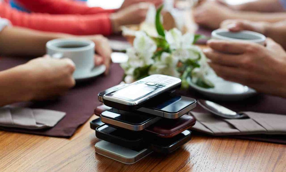 Varios móviles apilados