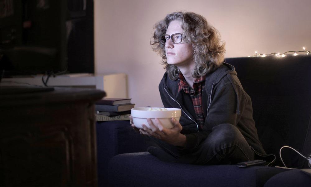 Un muchacho disfruta en su ordenador de contenido descargado