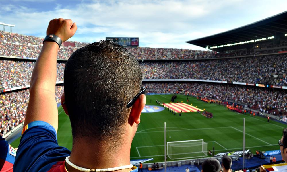 Aficionado en el Camp Nou viendo al Barcelona