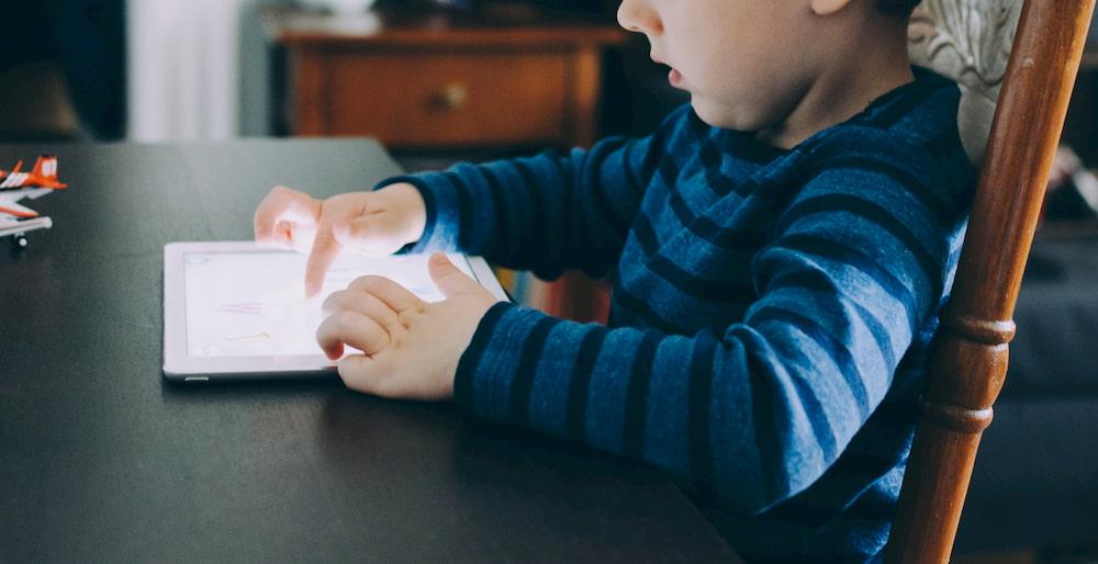 Niño utilizando una tablet